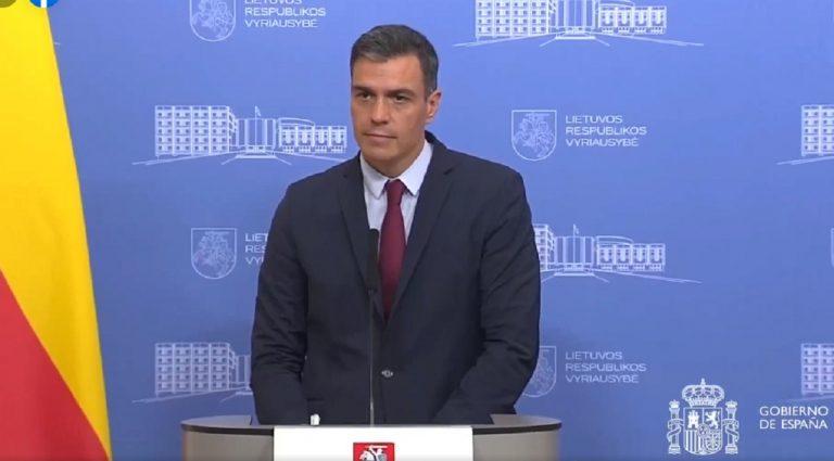 Il premier Sanchez durante la conferenza interrotta