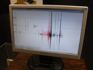 Un monitor con un sismogramma