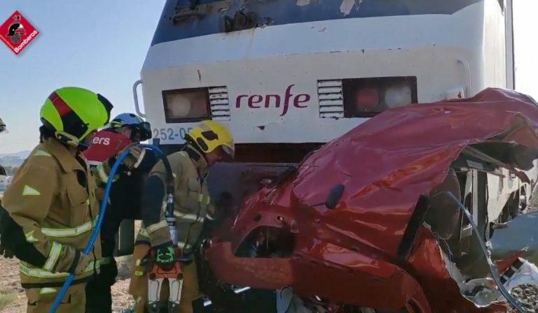 Spagna treno travolge auto