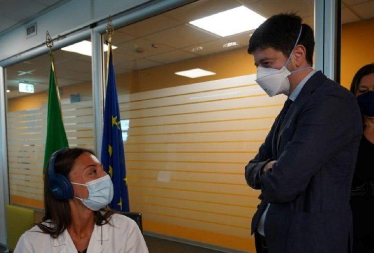 Il ministro Speranza mentre parla con un'operatrice della sanità