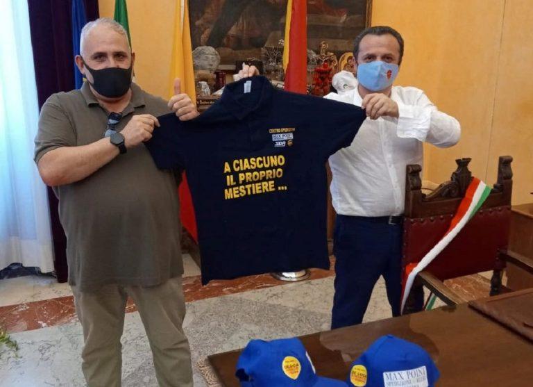 Il sindaco De Luca con un gadget del Vaccino Party
