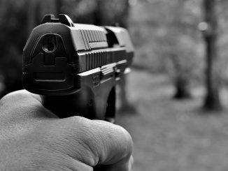 Spara per sbaglio all'amico con la pistola che detiene illegalmente