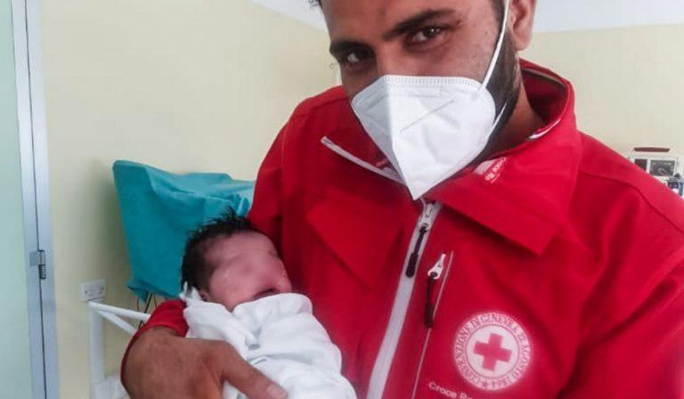 Afghanistan profuga partorisce