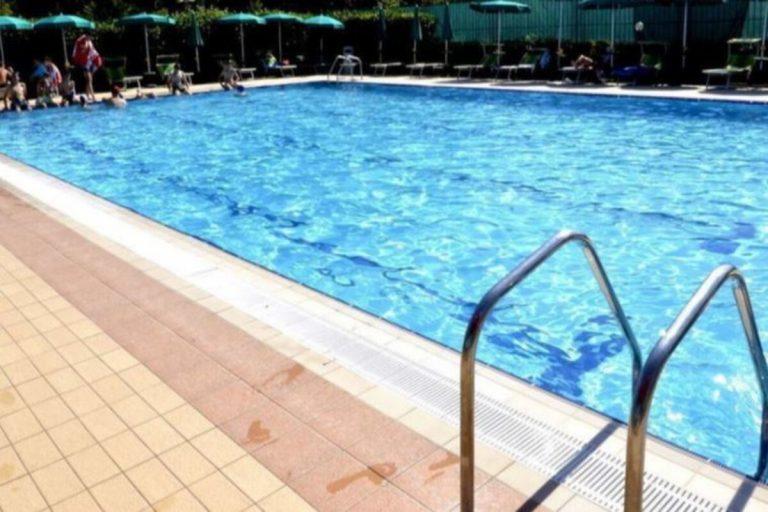Bimbo trovato morto in piscina indagati
