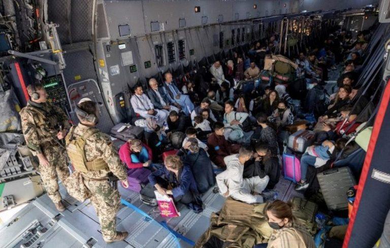 L'interno di un C 130 militare italiano