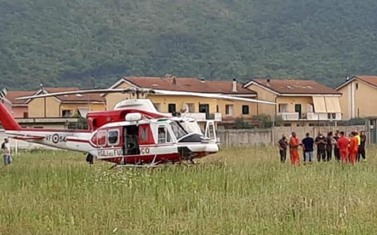 Il momento dell'atterraggio dell'elicottero che riporta Daniela a Forino