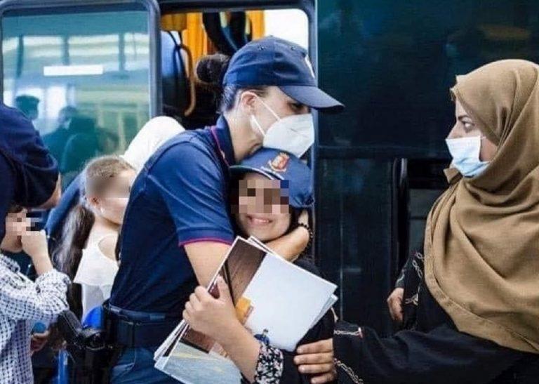 Un'immagine dell'arrivo di cittadini afghani negli hub italiani