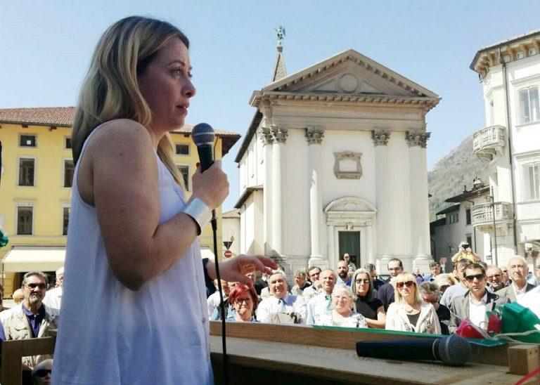 la leader di FdI Giorgia Meloni ad un comizio pre covid