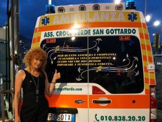 Fiorella Mannoia davanti all'ambulanza con la strofa della sua canzone