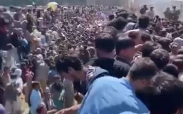 persone ammassate aeroporto kabul