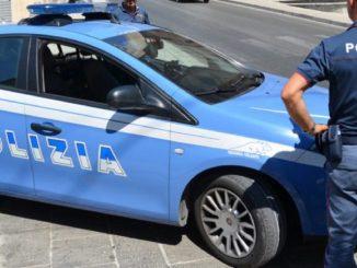 Novara, sfonda il portone del Comune e minaccia di darsi fuoco: arrestato