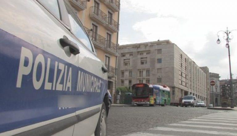 La Polizia Municipale ha bloccato la donna autrice del lancio