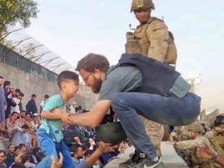 Tommaso Claudi mentre salva un ragazzino