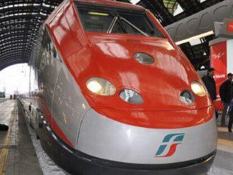 Treno fermo e passeggeri privi di climatizzazione: panico e finestrini rotti