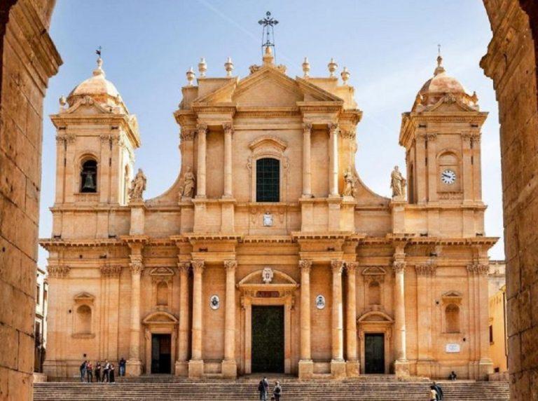 Le parole del turista che ha mostrato il lato B davanti alla cattedrale di Noto