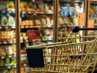 donna picchiata sconosciuto supermercato