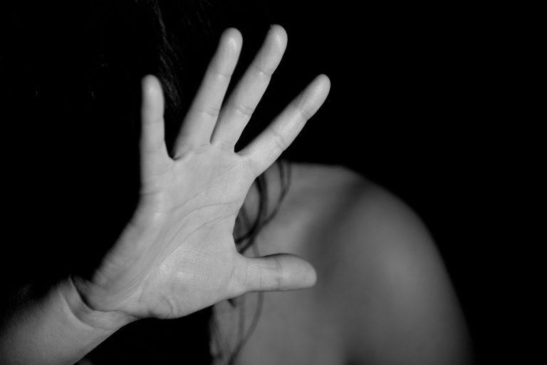 Uomo violento fa abortire la compagna