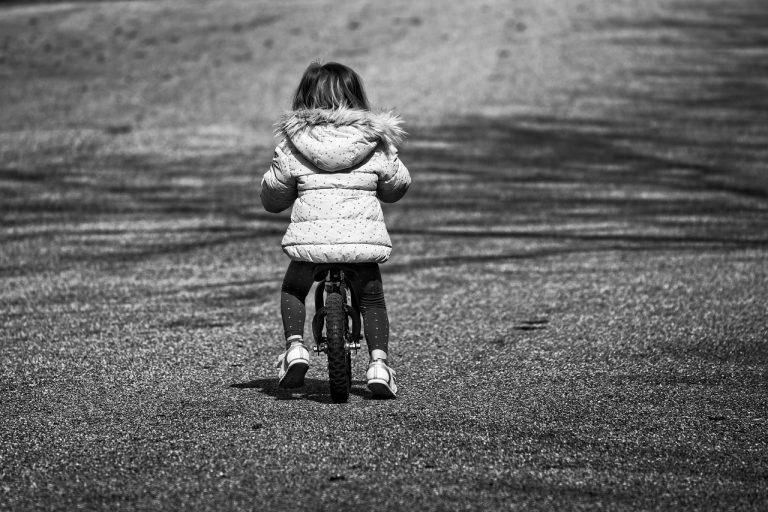 Bambina di 8 anni morta in bici, genitori iscritti a registro