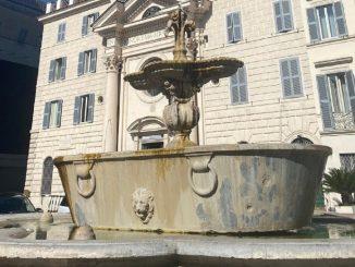 turisti bagno piazza Farnese
