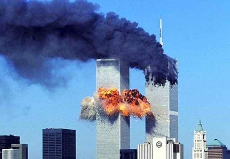 Un terrificante scatto dell'impatto contro le Twin Towers
