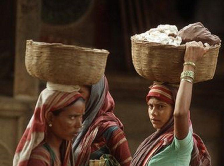 India, accusato di stupro, condannato a fare il bucato