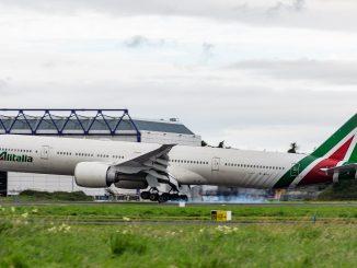 Alitalia, problemi con bagagli: la compagnia esorta all'uso del bagaglio a mano
