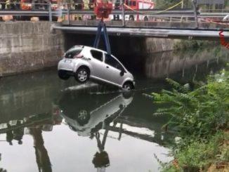 Auto finisce nel naviglio