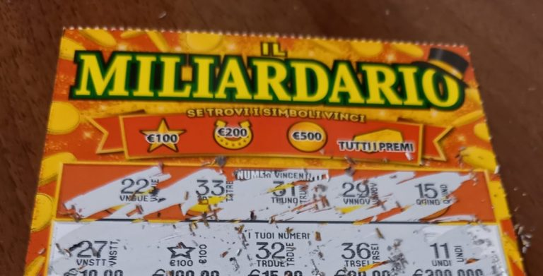 """Cliente vince mille euro al Gratta e Vinci, il tabaccaio scherza: """"Tranquillo, non scappo"""""""