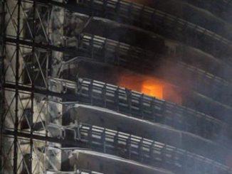 Incendio a Milano: sacchi sul terrazzo