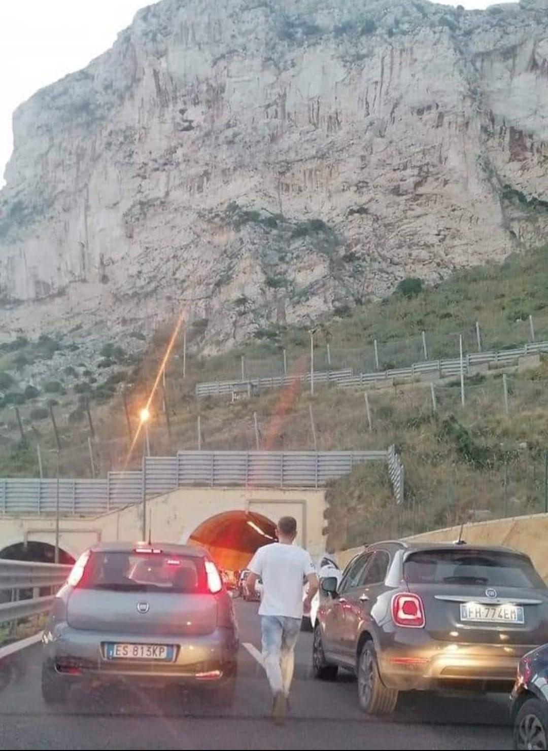 Furgone si ribalta sulla Palermo-Mazara del Vallo, autostrada chiusa