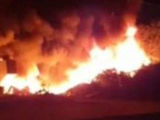Incendio a Napoli, rifiuti a fuoco