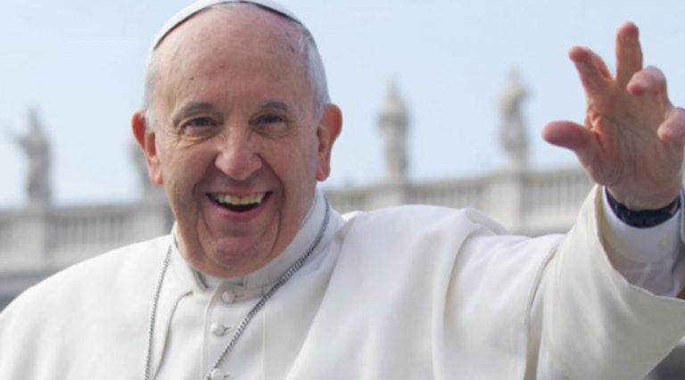 Papa Francesco scherza giornalisti