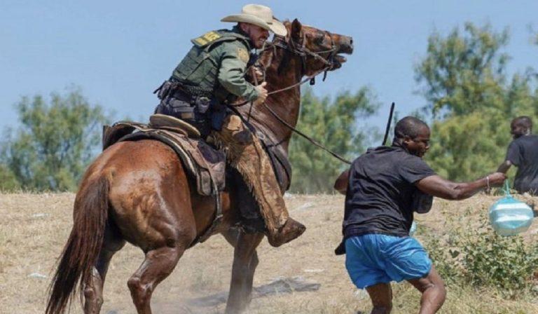Usa, poliziotti frustano migranti al confine messicano