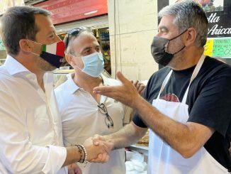 Matteo Salvini a Milano con un commerciante
