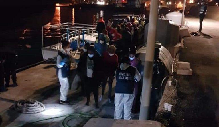 Lampedusa, nella notte sbarchi da oltre 700 migranti