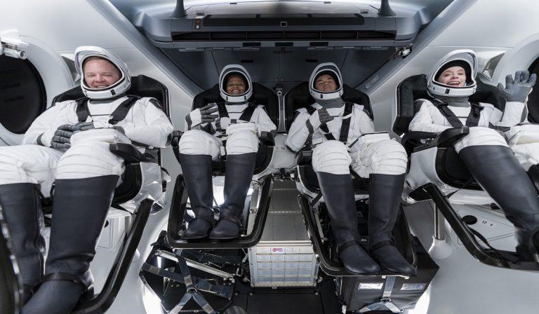 """SpaceX, decollo Falcon 9 con civili """"in gita spaziale"""""""