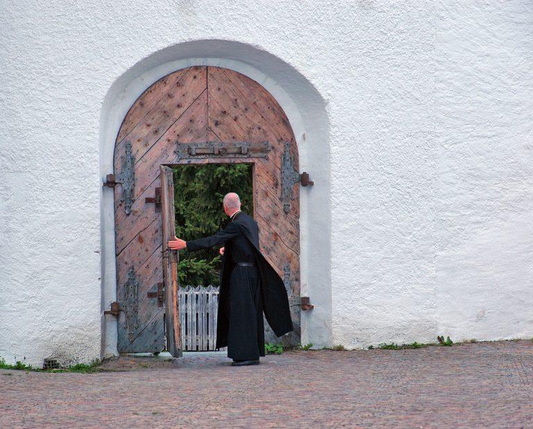 Vescovo lascia la Chiesa per amore