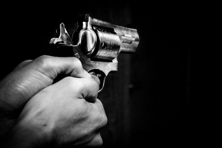 Un uomo avrebbe tentato di uccidere la compagna e si è suicidato