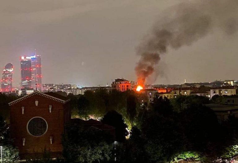 Un'immagine dell'incendio serale a via Paravia