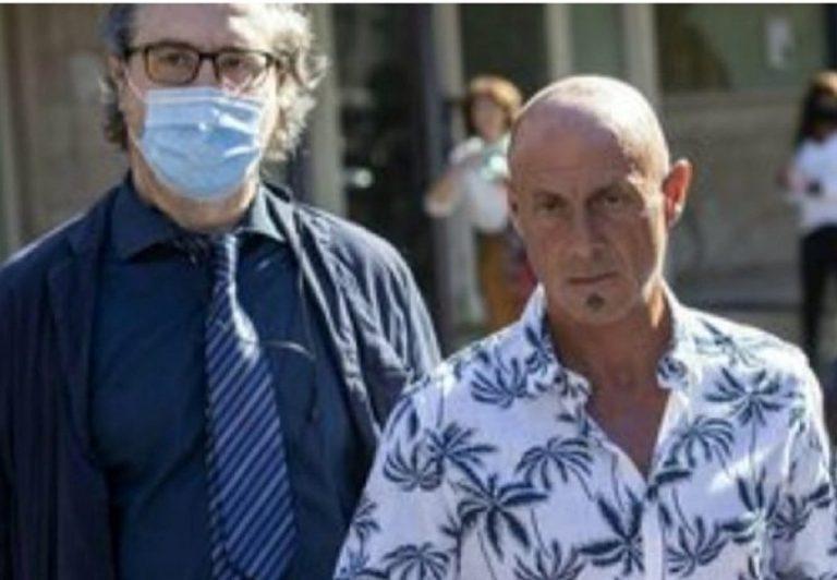 A sx, Sergio Brugiatelli con il suo legale