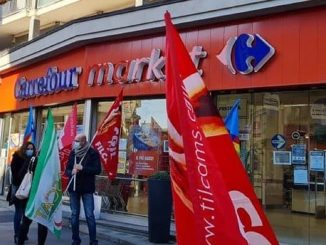 Un presidio Cgil davanti ad uno store Carrefour