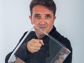 Christian Carapezza chiuso in una teca di vetro