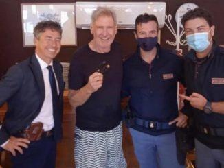 Harrison Ford con Manfredi Borsellino e i poliziotti che gli hanno ritrovato la carta di credito