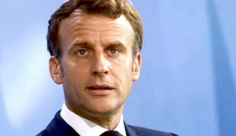 Esibisce il green pass di Macron