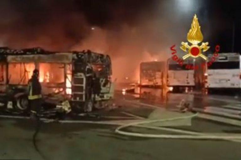 Incendio nel deposito Atac di via Prenestina