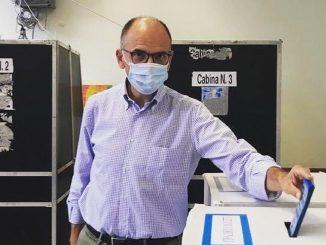 Enrico Letta mentre vota