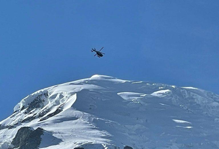 Un elicottero del Pghm di Chamonix in volo sul Monte Bianco