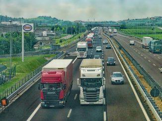 Sulla corsia d'emergenza per evitare le code in autostrada: raffica di multe e patenti ritirate