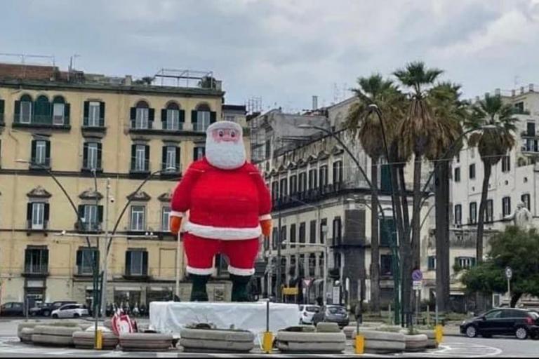 Babbo Natale in Piazza Vittoria a Napoli smontato dopo un solo giorno