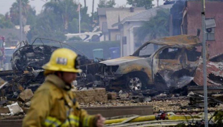 San Diego, aereo precipita tra le case